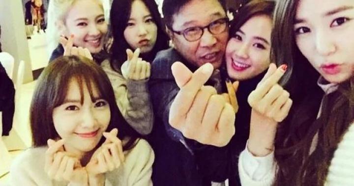 之前超流行的手指愛心已經落伍了,現在韓星都「比這個」讓每一個粉絲都害羞到泛淚!